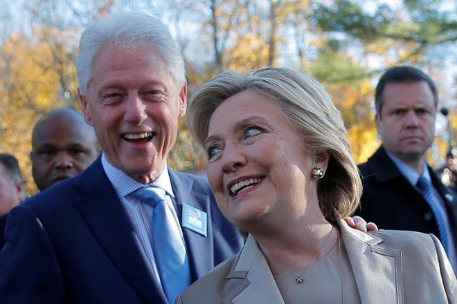 Hillary va Bill Clinton tuoi cuoi di bo phieu o New York hinh anh