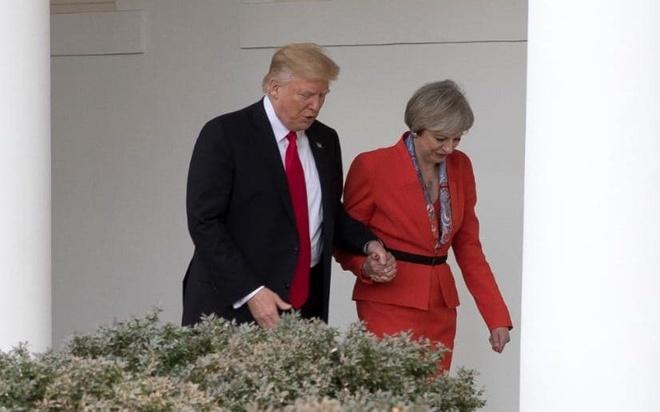 Cai nam tay chop nhoang cua ong Trump va thu tuong Anh hinh anh 1