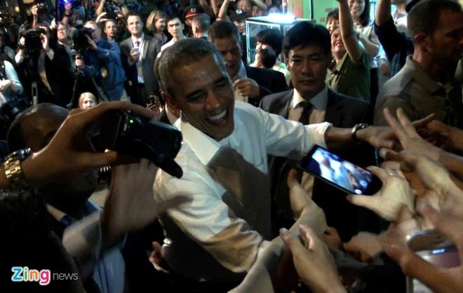 Tong thong Obama giao luu voi nguoi dan sau khi an bun cha hinh anh