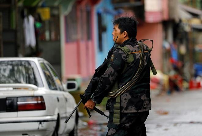 Binh si Philippines di tung nha o Marawi de lung phien quan hinh anh