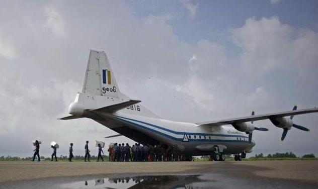 May bay quan su Myanmar cho 116 nguoi roi ngoai bien hinh anh