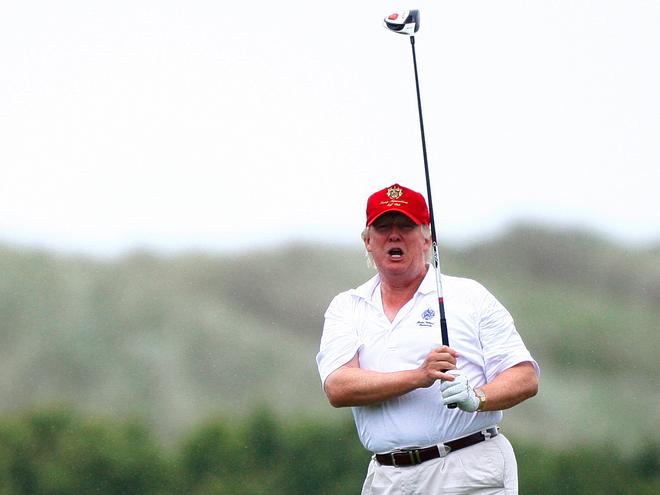 Trump chia se video 'danh Clinton bang bong choi golf' hinh anh