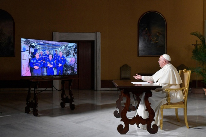 'Dem truong' Barcelona, 'Vatican goi vu tru' vao top anh tuan hinh anh