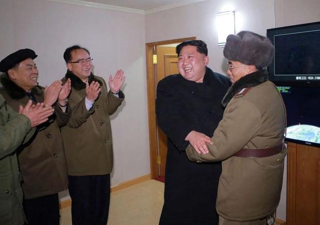 My trung phat hai quan chuc Trieu Tien lien quan toi ten lua dan dao hinh anh