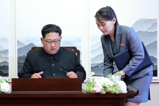 Nguoi phu nu theo sat Kim Jong Un trong thuong dinh lien Trieu hinh anh