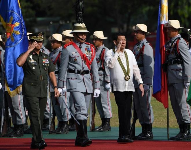 Tong thong Duterte thach quan doi Philippines dao chinh hinh anh 1