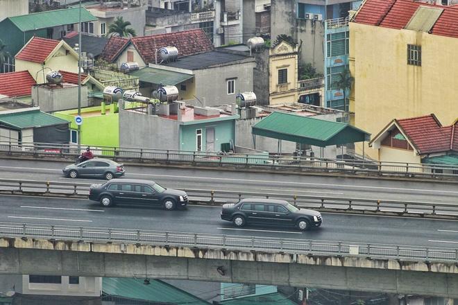 'Quái thú' của TT Trump rời Nội Bài, qua cầu Nhật Tân để về Hà Nội