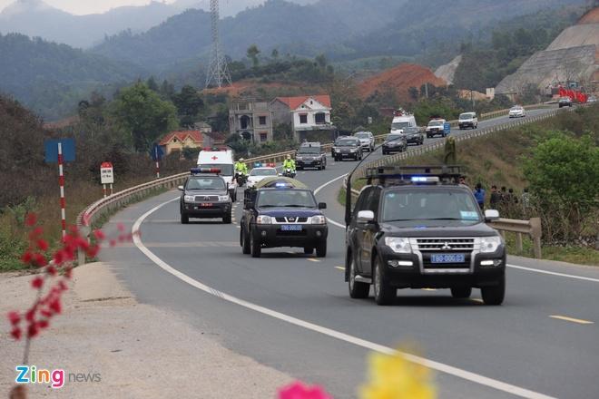 Doan xe ong Kim Jong Un vua qua ai Chi Lang, dang tren duong ve Ha Noi hinh anh 2
