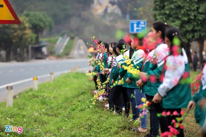 Doan xe ong Kim Jong Un dang tren duong ve Ha Noi hinh anh 1