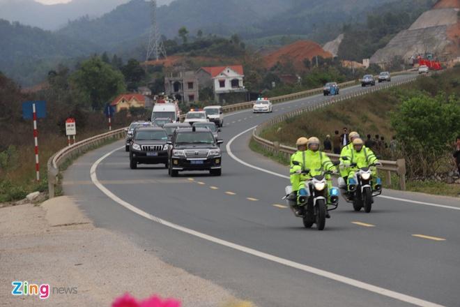 Doan xe ong Kim Jong Un vua qua ai Chi Lang, dang tren duong ve Ha Noi hinh anh 1