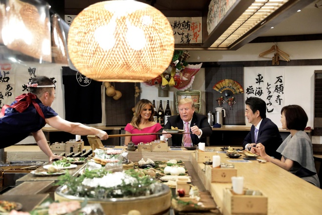 Sau nhieu le nghi, TT Trump va ong Abe ban ve thuong mai, Trieu Tien hinh anh 1