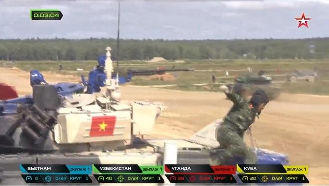 Đội tăng Việt Nam đang dẫn đầu đường đua trong chung kết Tank Biathlon