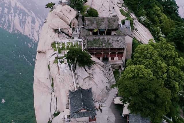 Độc đáo quán trà nằm cheo leo trên đỉnh núi cao 2.000 m ở Trung Quốc