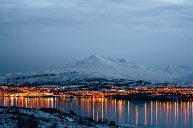 Nhung vung dat phu trang bang tuyet trong mua dong hinh anh 16 akureyri_city_view_at_sunset_in_north_of_iceland_royalty_free_image_1575040028.jpg