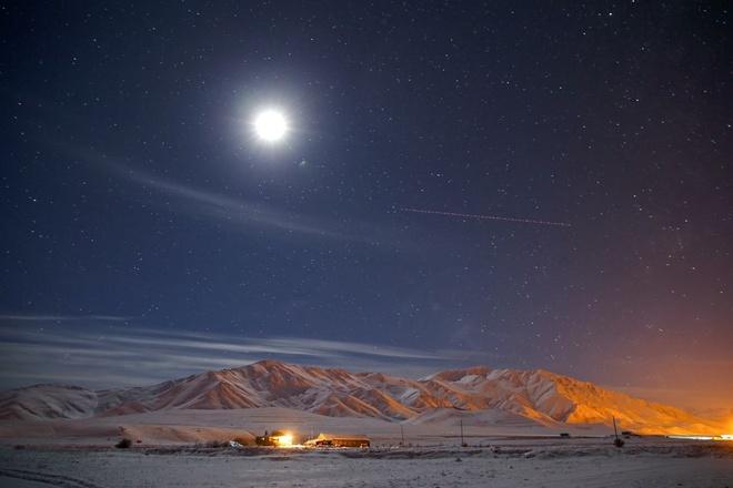 Nhung vung dat phu trang bang tuyet trong mua dong hinh anh 19 full_moon_and_the_stars_illuminate_the_sky_over_the_mount_news_photo_1575040423.jpg