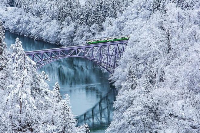 Nhung vung dat phu trang bang tuyet trong mua dong hinh anh 20 high_angle_view_of_train_on_bridge_over_river_royalty_free_image_1575296154.jpg