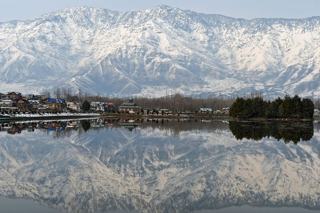 Nhung vung dat phu trang bang tuyet trong mua dong hinh anh 23 kashmiri_snow_covered_mountains_are_reflected_in_dal_lake_news_photo_1575040510.jpg