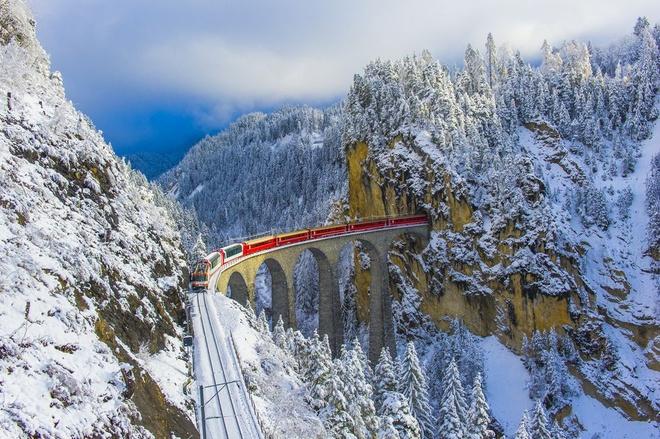 Nhung vung dat phu trang bang tuyet trong mua dong hinh anh 24 red_train_in_winter_wonderland_royalty_free_image_1575296087.jpg