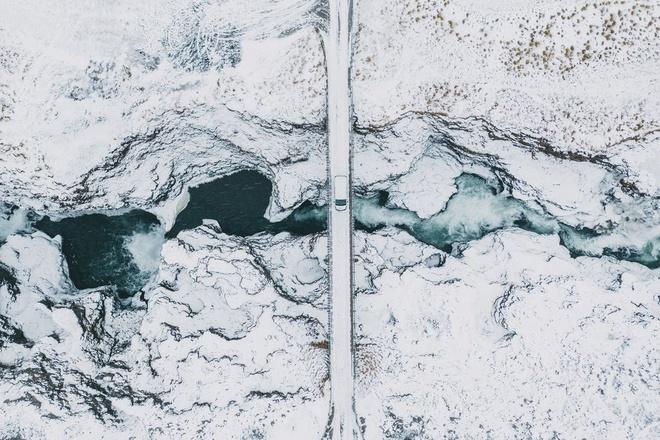 Nhung vung dat phu trang bang tuyet trong mua dong hinh anh 27 scenic_aerial_view_of_koluglufur_waterfall_in_royalty_free_image_1575297894.jpg