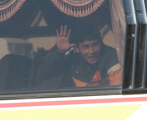U23 Viet Nam lang le roi Myanmar tren chiec xe khach cu hinh anh