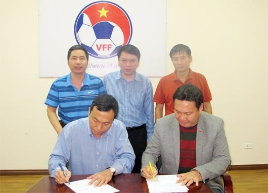 HLV Hoang Van Phuc chinh thuc roi ghe thuyen truong DTVN hinh anh 1 HLV Hoàng Văn Phúc ký giấy thanh lý hợp đồng với lãnh đạo VFF.