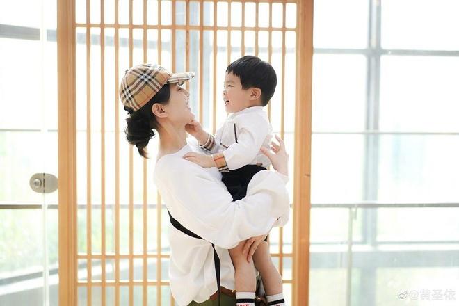 My nhan phim Chau Tinh Tri lan hiem hoi khoe anh chup voi con trai ut hinh anh 1