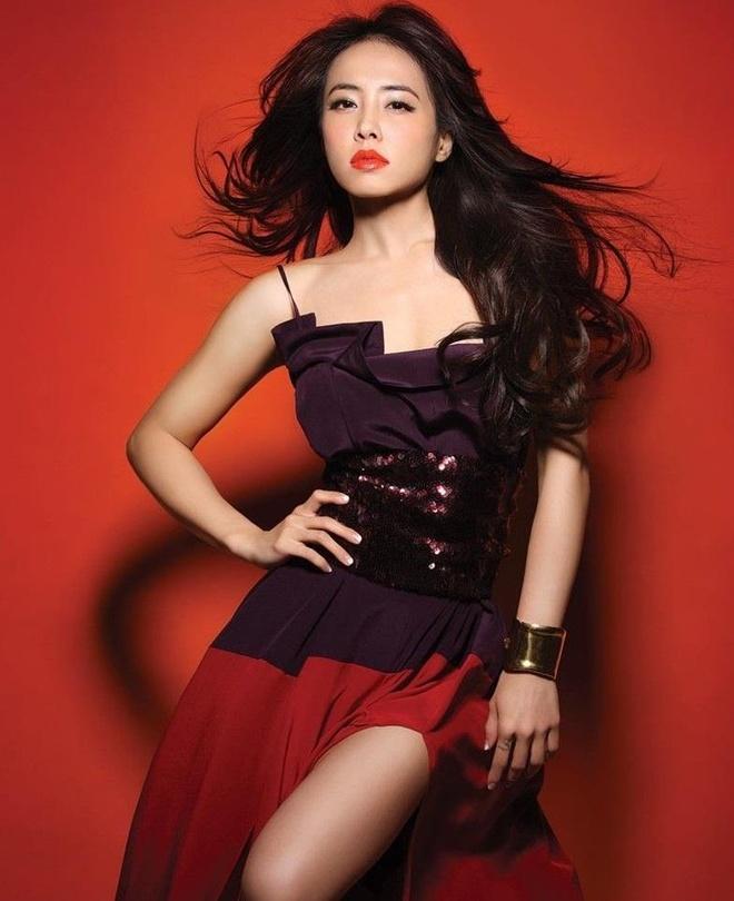 Diva Dai Loan bi chieu laser vao mat trong luc bieu dien hinh anh 2