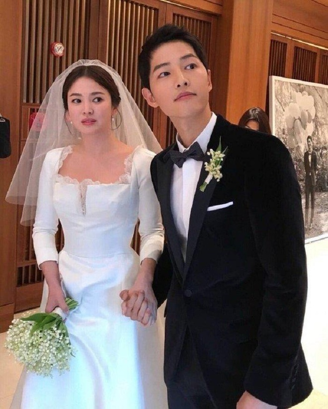 Song Joong Ki dien ao doi voi Song Hye Kyo giua on ao ran nut hinh anh 2