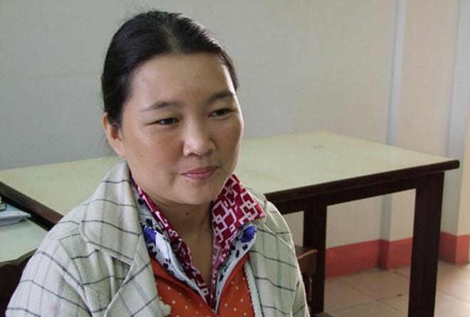 Cong an vien bi vo sat hai vi qua bao hanh hinh anh 1 Nguyễn Thị Thanh Trinh tại cơ quan công an. Ảnh: Tuổi Trẻ.