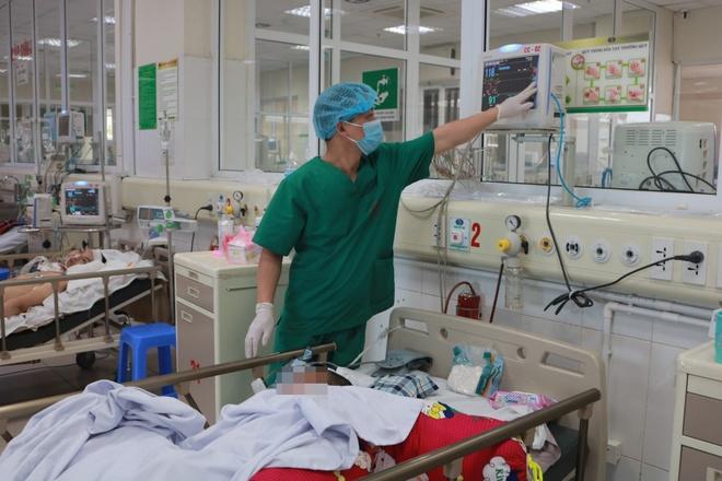 Bệnh nhân được bác sĩ theo dõi sát tại Bệnh viện Bệnh Nhiệt đới Trung ương. Ảnh:Đặng Thanh.