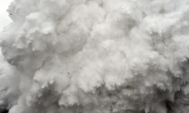 Hien truong tuyet lo o Everest hoang tan nhu sau tran bom hinh anh 2 Hàng tấn tuyết và băng đá lao cuồn cuộn xuống những người leo núi. Ảnh: AFP