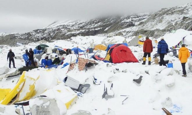 Hien truong tuyet lo o Everest hoang tan nhu sau tran bom hinh anh 1 Trại dừng chân ở núi Everest bị san phẳng sau trận lở tuyết ngày 25/4. Ảnh: EPA