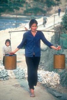 Viet Nam nhung nam dau thong nhat qua anh quoc te hinh anh 10 Một phụ nữ sống tại ngôi làng ở tỉnh Cao Bằng đang xách nước lên đồi.