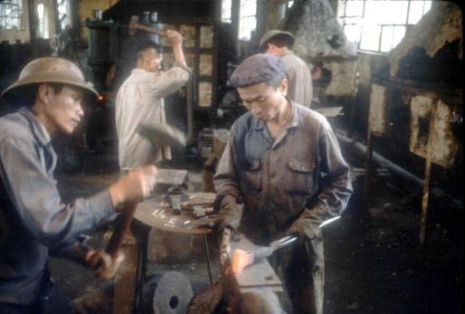 Viet Nam nhung nam dau thong nhat qua anh quoc te hinh anh 12 Hai người thợ đang làm việc tại một lò rèn ở Vinh năm 1980, nơi từng hứng chịu rất nhiều bom đạn của quân đội Mỹ.