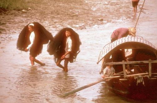 Viet Nam nhung nam dau thong nhat qua anh quoc te hinh anh 13 Hai ngư dân thu lưới sau một ngày đánh cá ở con sông tại Vinh năm 1980.
