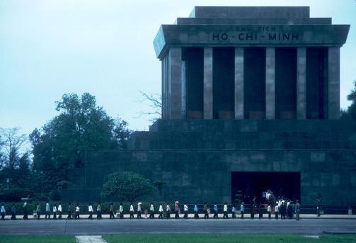 Viet Nam nhung nam dau thong nhat qua anh quoc te hinh anh 3 Nhiều người đã xếp hàng viếng thăm lăng Chủ tịch Hồ Chí Minh từ rạng sáng ngày 10/4/1980.
