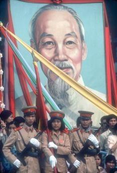 Viet Nam nhung nam dau thong nhat qua anh quoc te hinh anh 4 Một nhóm binh sĩ mang ảnh chân dung Bác Hồ trong cuộc diễu hành vào tháng 4/1980 tại Hà Nội.