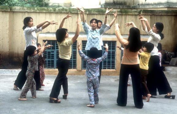 Viet Nam nhung nam dau thong nhat qua anh quoc te hinh anh 6 Những cô gái hướng dẫn các em nhỏ tập thể dục buổi sáng ở Hà Nội vào ngày 10/4/1980.