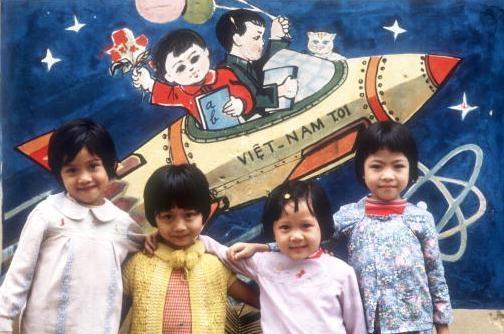Viet Nam nhung nam dau thong nhat qua anh quoc te hinh anh 7 Những đứa trẻ đứng trước bức hình tàu vũ trụ tại một trường học ở Hà Nội.