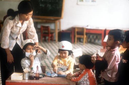 Viet Nam nhung nam dau thong nhat qua anh quoc te hinh anh 8 Cô giáo quan sát các em bé chơi trò đóng giả bác sĩ và bệnh nhân tại một trường học ở Vinh.