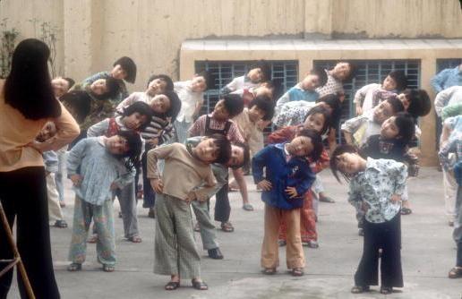 Viet Nam nhung nam dau thong nhat qua anh quoc te hinh anh 9 Cô giáo hướng dẫn các trẻ em khuyết tật tập thể dục buổi sáng trong ngôi trường ở Hà Nội.