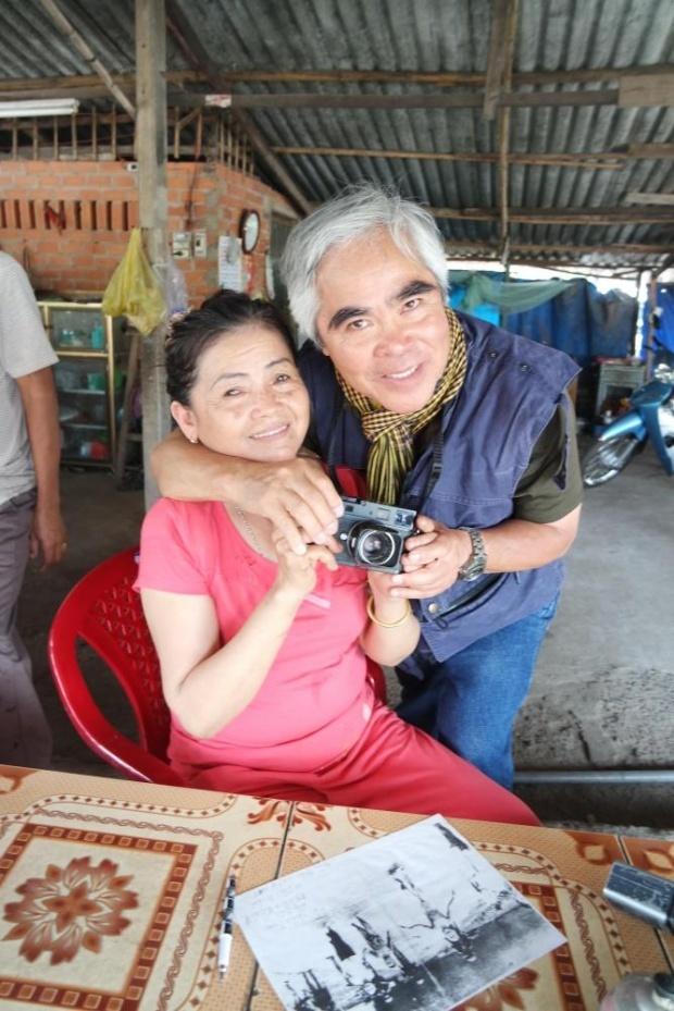 Ac mong dai dang cua nhan vat trong anh 'Em be napalm' hinh anh 2 Ho Thi Hien gặp lại phóng viên ảnh Nick Ut tại quán cà phê ở Trảng Bàng. Ảnh: Guardian