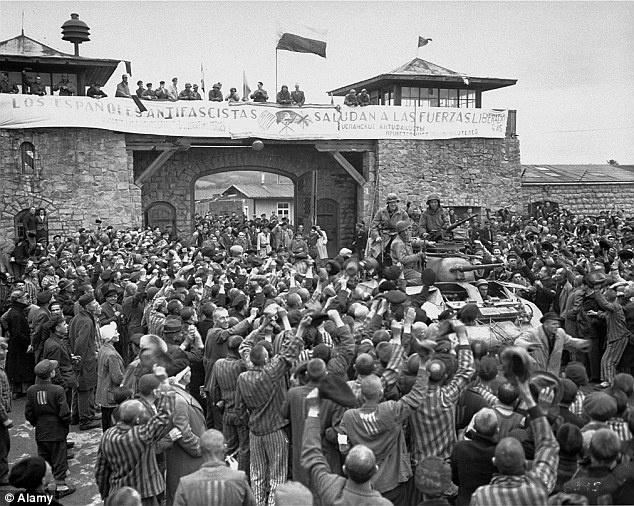 Su song ky dieu giua trai tap trung tu than thoi Duc Quoc xa hinh anh 1 Những tù nhân hò reo khi quân đội Đồnh minh tiến vào trại tập trung Mauthausen. Ảnh: