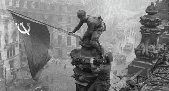 Nga bat binh vi am muu ha thap vai tro Lien Xo o The chien 2 hinh anh 1 Người lính Hồng quân cắm cờ trên nóc tòa nhà Quốc hội Đức, đánh dấu sự sụp đổ của phát xít. Ảnh: Sputnik