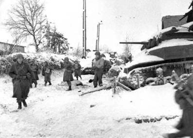 Nhung tran chien ac liet nhat The chien II hinh anh 3 Lính Mỹ di chuyển một xe tăng trong quá trình chiếm thị trấn St. Vith trong trận chiến Bulge. Mỹ kiểm soát thị trấn này vào ngày 23/1/1945. Ảnh: Wikipedia