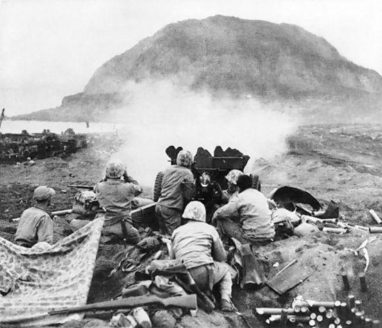 Nhung tran chien ac liet nhat The chien II hinh anh 6 Lính Mỹ chĩa pháo nhằm vào các cứ điểm của phát xít Nhật gần núi Suribachi trên đảo Iwo Jima. Ảnh: Wikipedia