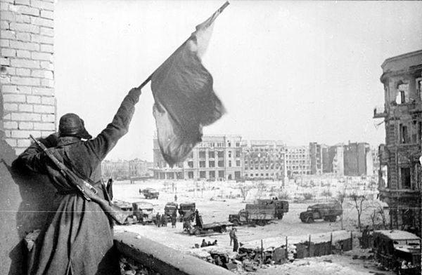 Nhung tran chien ac liet nhat The chien II hinh anh 4 Một người lính Liên Xô vẫy cờ tại tòa nhà trung tâm Stalingrad năm 1943. Ảnh: Wikipedia