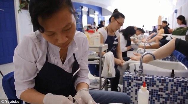 Hiem hoa rinh rap nguoi goc Viet lam mong o My hinh anh 1 Những phụ nữ Việt Nam chăm sóc móng cho khách tại một cửa tiệm ở Mỹ. Ảnh: Daily Mail