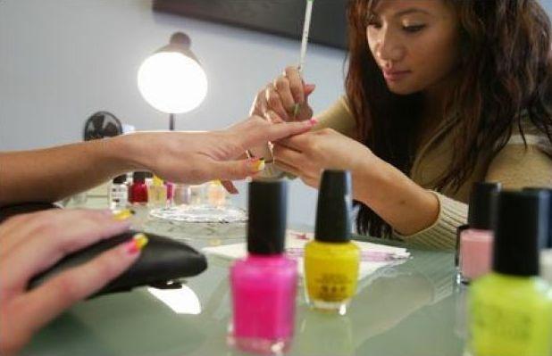 Hiem hoa rinh rap nguoi goc Viet lam mong o My hinh anh 3 Cô Tien Tran, chủ Couture Nails & Spa, đã lựa chọn các sản phẩm làm móng sử dụng ít hóa chất độc hại hơn, đồng thời xây dựng hệ thống thoát khí tại cửa tiệm. Ảnh: Seattlepi