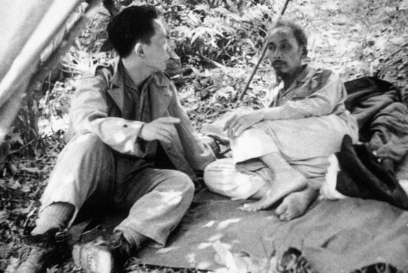 Chu tich Ho Chi Minh qua anh quoc te hinh anh 1 Chủ tịch Hồ Chí Minh và Đại tướng Võ Nguyên Giáp tạm nghỉ trên đường tới Chiến dịch Biên giới 1950.